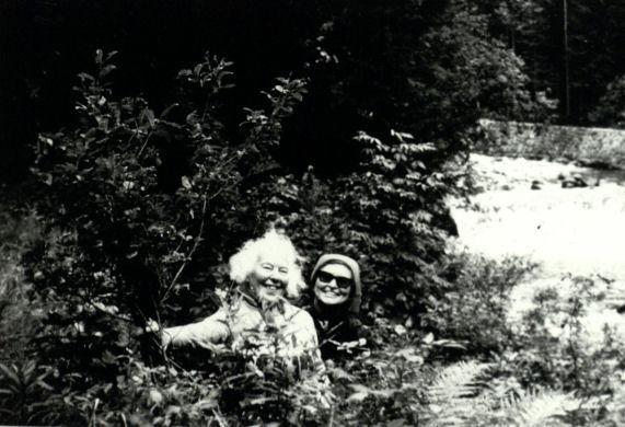 Marija Gimbutienė su pussesere Meile Lukšiene prie Labos (Elbės) ištakų Krkonošiuose (Čekija)