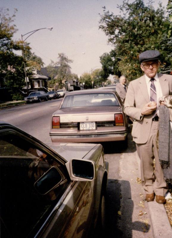 Kazys Ėringis Kalifornijos gatvėje, kurioje gyveno 1989, 1991 ir 1992 metais. Fotografuota prieš pat išvykstant į Lietuvą. Čikaga, 1992 m. spalio 8 d.
