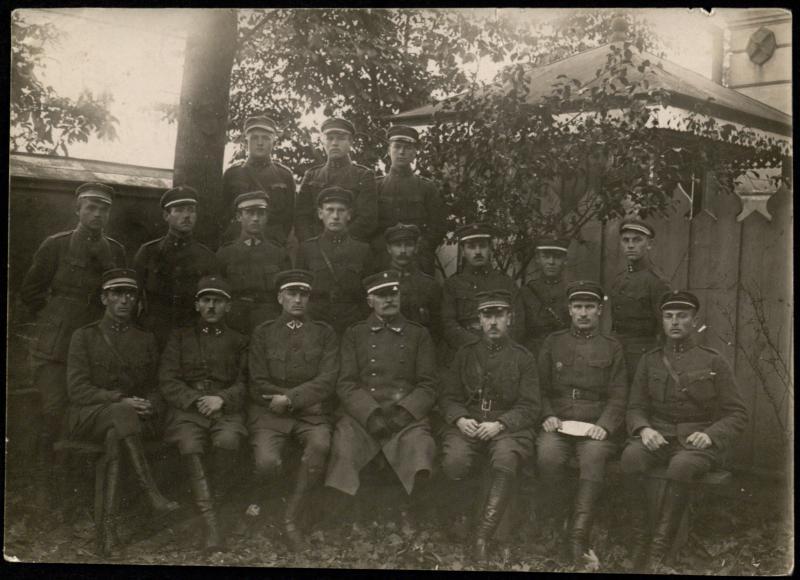 Karo mokyklos personalas su viršininku gen. J. Galvydžiu-Bykausku