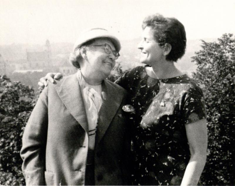 M. Gimbutienė su mama V. Alseikiene ant Gedimino kalno po 16 metų išsiskyrimo