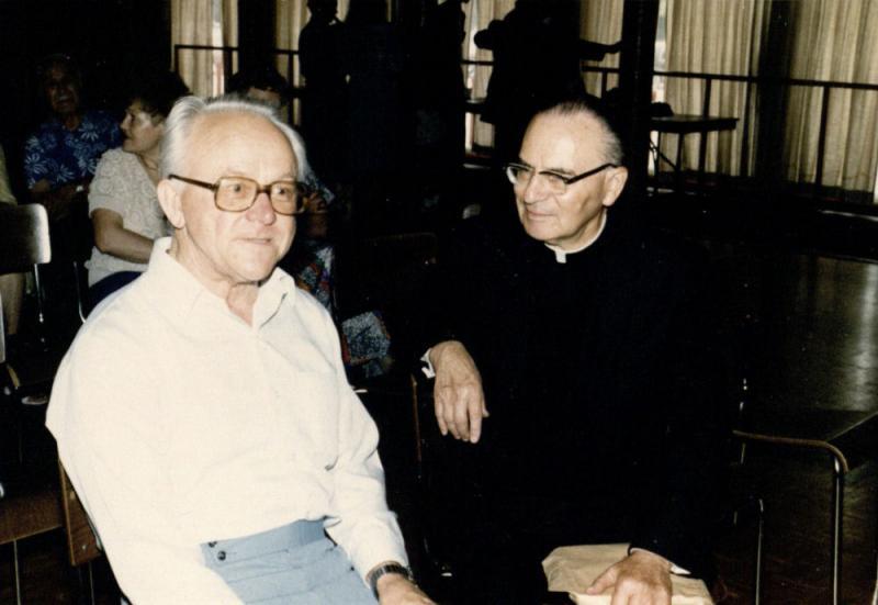 """Kazio Ėringio pašnekesys su """"Tėviškės žiburių"""" vyr. redaktoriumi kunigu Pranas Gaida. Misisaugos lietuvių centro salė, Kanada, apie 1987 m."""