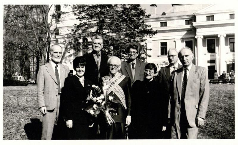 Kazio Ėringio 75-ojo gimtadienio minėjimas Botanikos institute (Verkių rūmuose) 1996 m. balandžio 16 d. Jubiliatas kartu su doktorantais. Pirmoje eilėje iš kairės stovi: Aloyzas Budriūnas, Danguolė Pancekauskienė, Kazys Ėringis, V. Steponavičienė (Tamošiūnaitė), Romas Pakalnis; antroje eilėje: Teodoras  Bumblauskis, Jonas Milius, Algimantas Olšauskas.