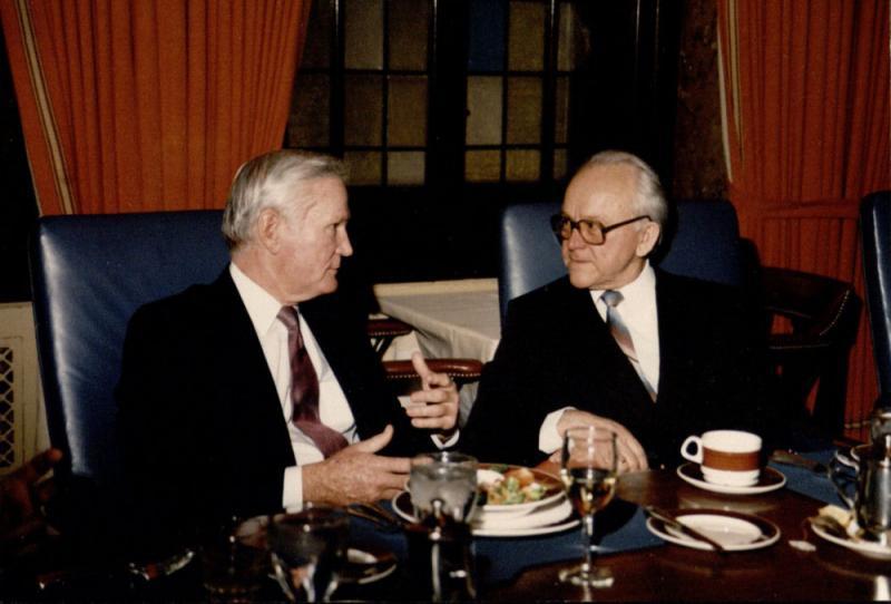 Nacionalinės strategijos forumas JAV. Kairėje sėdi forumo direktorius Lyndorfas [m1] ir Kazys Ėringis. 1988 m. gruodžio mėn.