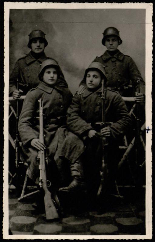 Stepas Vinkus (1902–1919, sėdi dešinėje)