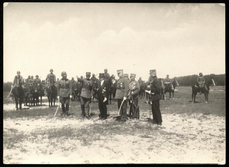 A. Smetona stebi kariuomenės manevrus