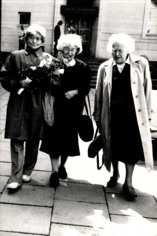 M. Gimbutienė, Ingė Lukšaitė ir M. Lukšienė prie Vilniaus universiteto