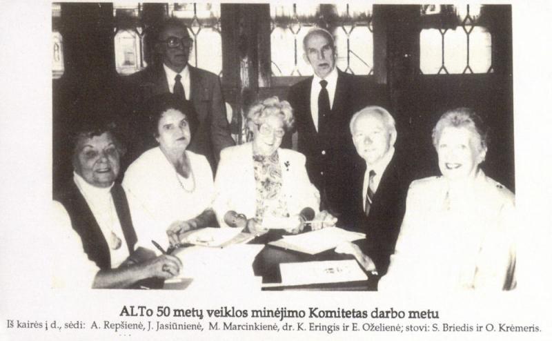 Amerikos lietuvių tarybos (ALT) veiklos minėjimo komitetas darbo metu. Iš kairės sėdi: Antanina Repšienė, J. Jasiūnienė, Matilda Marcinkienė, dr. Kazys Ėringis, E. Oželienė; stovi: Steponas  Briedis, Oskaras Krėmeris. 1990 m.