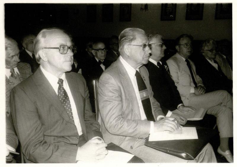 Vyriausiojo Lietuvos išlaisvinimo komiteto (VLIK'o) suvažiavimas Klivlande (?). Iš kairės sėdi Kazys Ėringis, inžinierius Antanas  Rudis, Jonas Jokubka, Kazys Bobelis. 1981 m. (?).