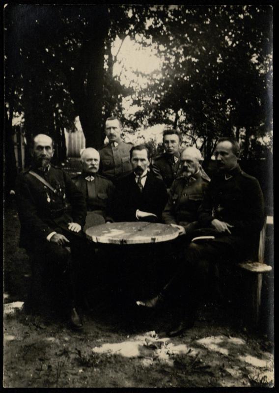Prezidentas Antanas Smetona su karinės vadovybės atstovais.