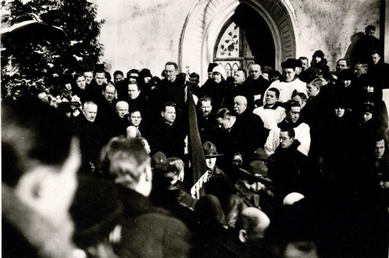 D. Alseika (viršuje, pasisukęs profiliu, ties koplyčios durimis) taria atsisveikinimo žodį J. Basanavičiaus laidotuvėse
