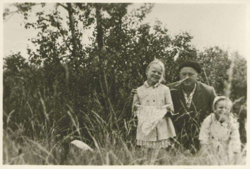 Kazys Ėringis su dukromis  Vaiva ir Elena. Juodkrantė. 1965 m.