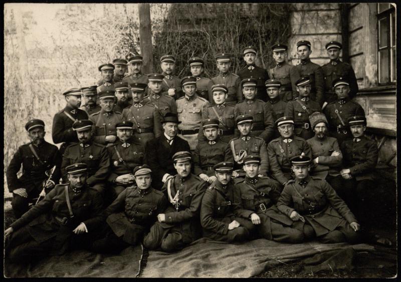 Ministras J. Šimkus su generalinio štabo karininkais.