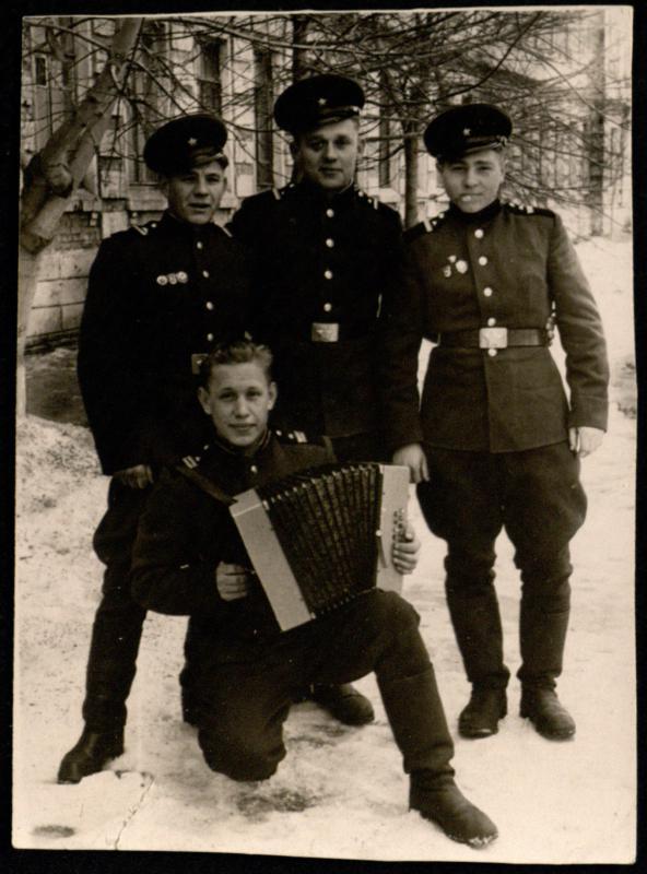 Vytautas Šapoka (g. 1938) su tarnybos draugais (stovi viduryje)