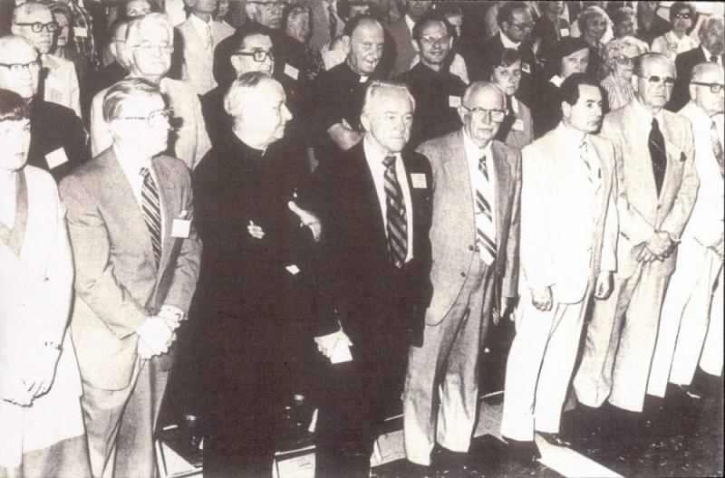 Vyriausiojo Lietuvos išlaisvinimo komiteto (VLIK'o) suvažiavimas (?). Iš kairės stovi Dalia Bobelienė, Kazys Bobelis, kun. Juozas Prunskis, Kazys Ėringis ir kiti. 1981 m.